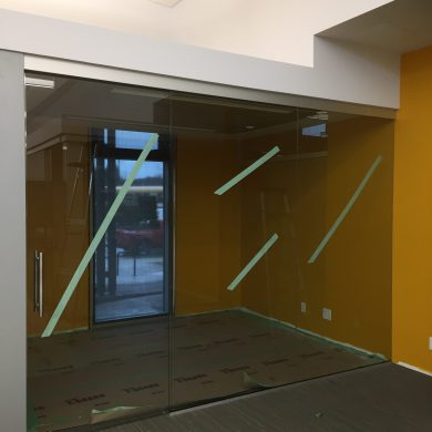 71330 116C OFFICE GLASS WALLS AND SLIDING GLASS DOOR